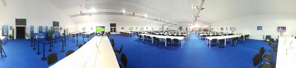 Centrul media de la stadionul din Lyon, amenajat într-un cort uriaș